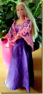 Barbie met gehaakte omslagdoek, crochet wrap
